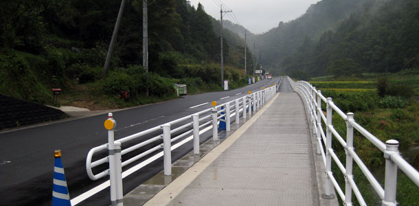 ガードレール基礎と張出歩道の組合せ同時施工で大幅な工期短縮(2014年4月記事再アップ)