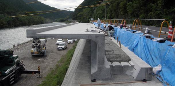 【新製品】ガードレール基礎や側溝の設置が可能な張出歩道ブロック施工実績のご紹介