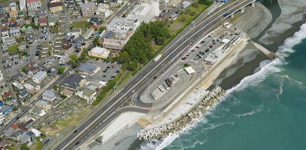 大型ブロック型枠擁壁による海岸進入路の急速施工