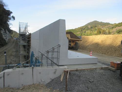 高所でも足場不要 剛性防護柵を短期施工