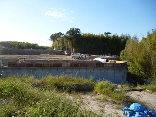 現地発生土を有効活用!高速道路で大型ブロック擁壁のご紹介
