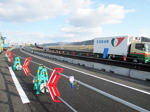 交通量の多い国道でガードレール基礎ブロック施工 のご紹介